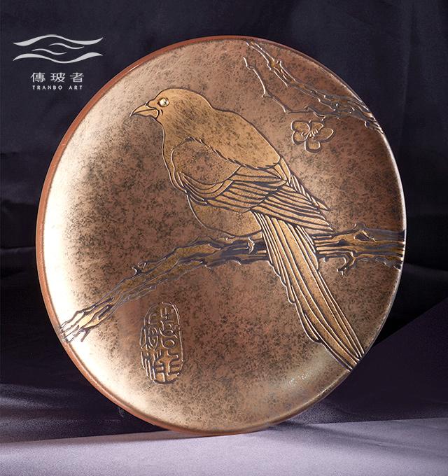 琉璃盤飾-喜上梅梢 直徑36cm 材質是金水、琉璃 售價/個NT$26,000