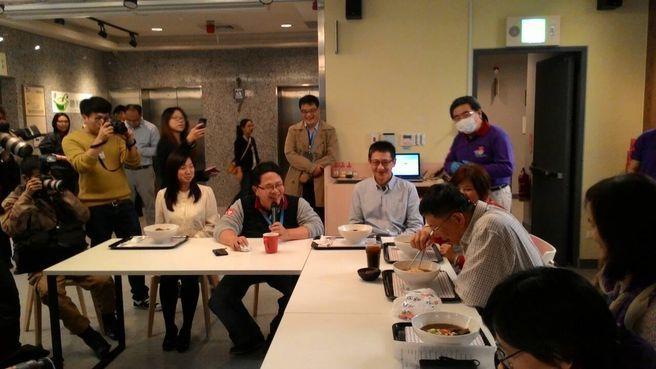 臺北市市長柯文哲品嚐,勝利廚房夥伴親手烹調的勝利牛肉麵