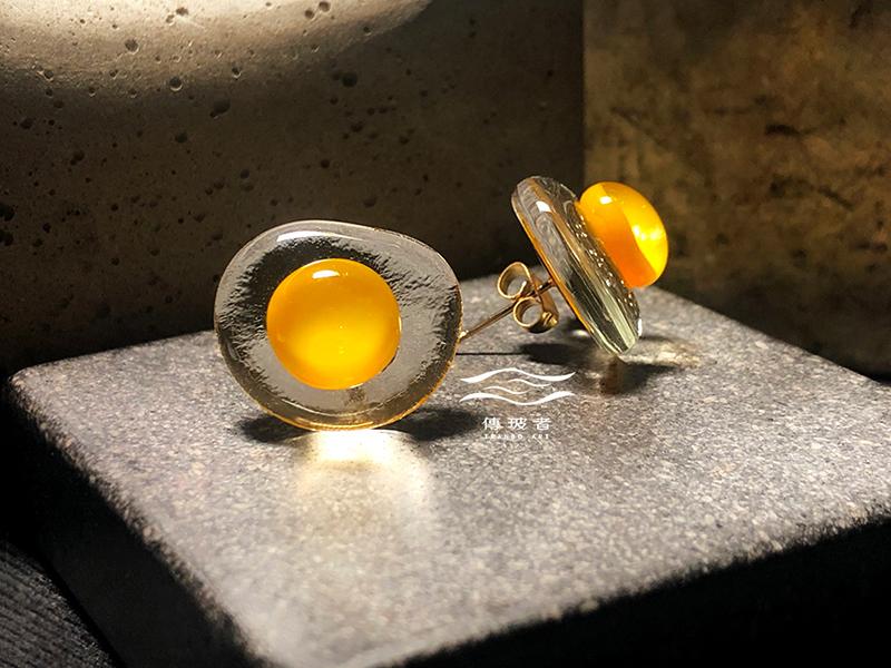 傳玻者-蛋蛋的幸福-荷包蛋琉璃耳環耳針款-在Pinkoi展售
